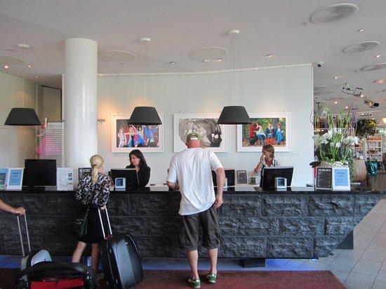 Clarion Hotel Sign: recepcion