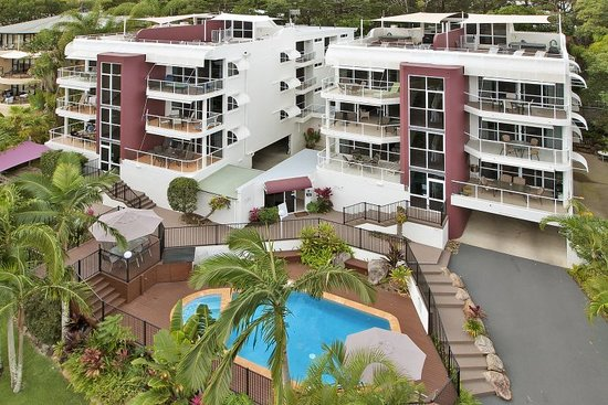 Bali Hai Apartments Noosa: Building front showing penthouse roof