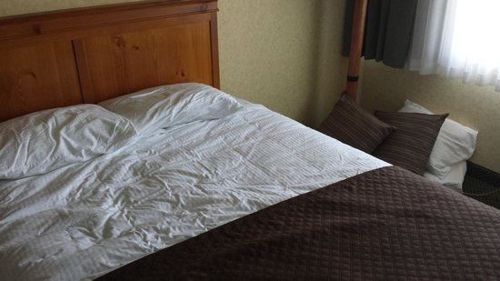 Red Lion Hotel Kalispell: Bed supposedly made after calling front desk!