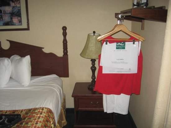 Quality Inn of Harrisonburg: No closet, a rack in front of nightstand.
