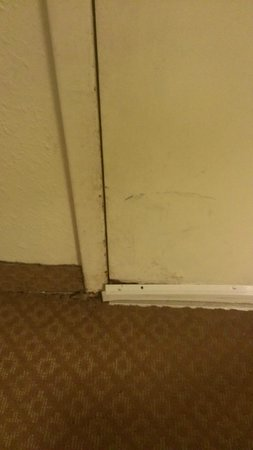 Quality Inn at Town Center : Front door rust