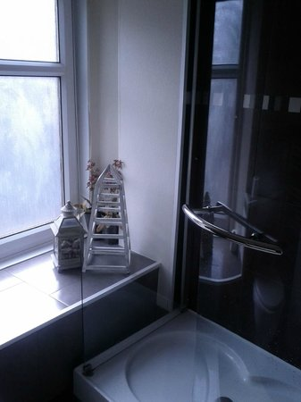Alva House: Shared Bathroom, 2nd Floor