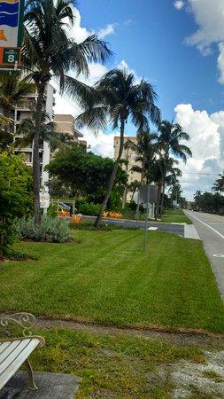 Bonita Beach Resort Motel: a view up the street toward Lover's Key Park