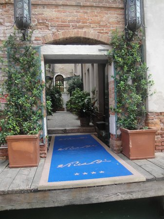 Hotel Locanda Vivaldi: Private water taxi dock and courtyard