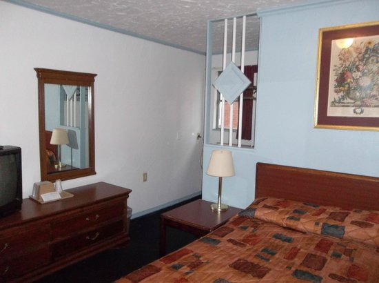 Colton Motel : A unique partition between the bedroom and the bathroom