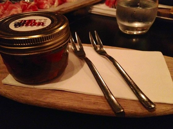 Pata Negra: Porzioni minuscole: polipo sottolio in vasetto, questa è stata la mia cena