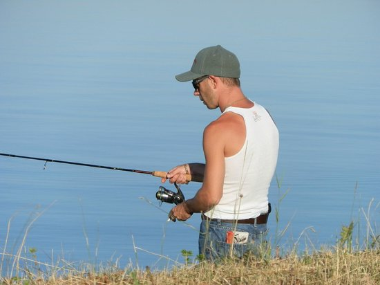 Leisure Inn Hotel : Great fishing off the break wall in Haileybury, ON