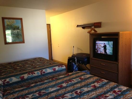 Super 8 Hot Springs: room with 2 queens in it