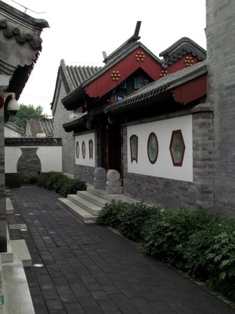 Beijing Ron Yard Hotel: The entry courtyard - reception and dining room to the left