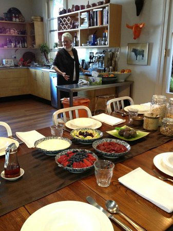 TARA Guest House: Brom prepares the first of several courses for breakfast.
