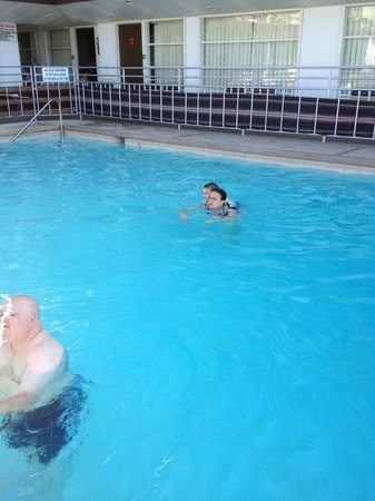 Ivanhoe Motel and Apartments: Pool is very clean!