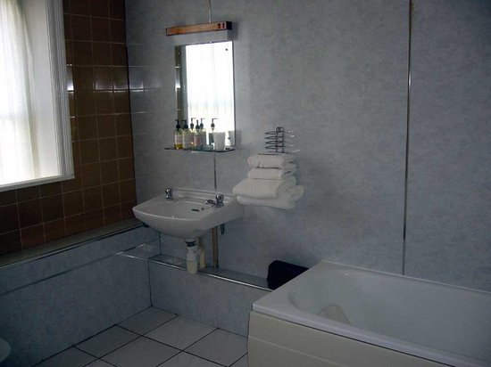 The Cumberland Hotel: very large bathroom