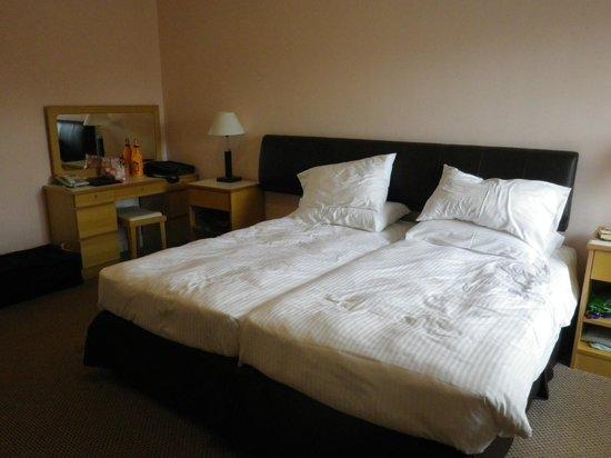 Mariner's Club: beds pushed together, no problem.