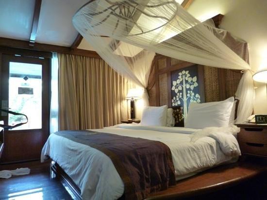 Sawasdee Village: bed with beautiful mosquito netting