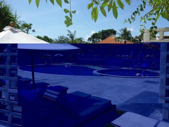 Bali Niksoma Boutique Beach Resort: Pool view from boardwalk