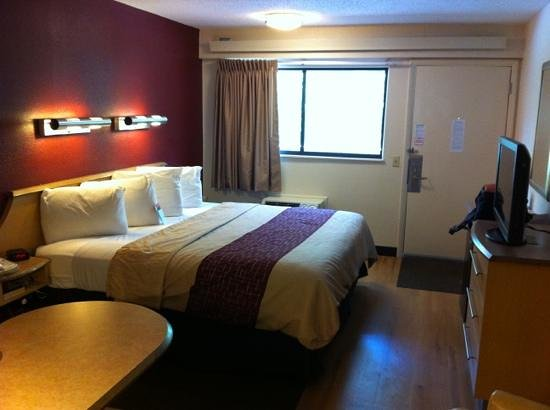 Red Roof Inn Princeton - Ewing: Newly refurbished king room.
