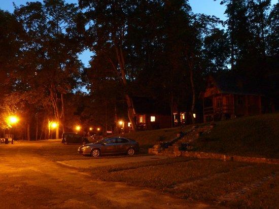 Gosciniec Olecki: Cottages at night
