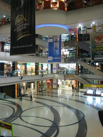 Ludhiana, Indie: Inside Wave mall