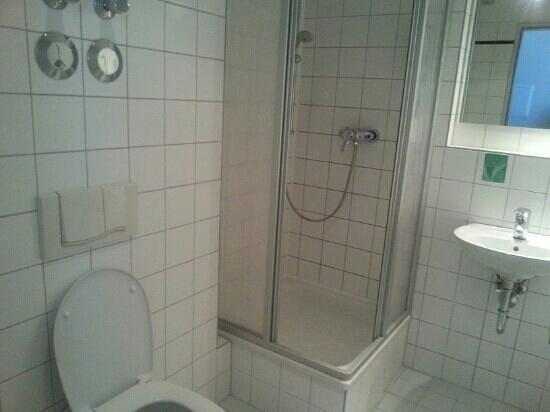 Hotel Ambiente Berlin City: Clean & big bathroom