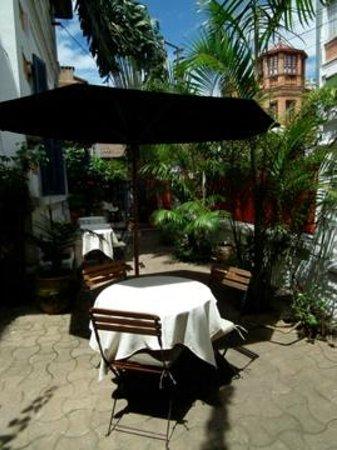 Villa Isoraka: Jardin et terrasse de ville