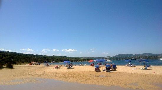 Costa Serena Village: La spiggia Bandiera Blu, splendida