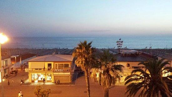 Hotel Pardini : questa e' la vista splendida sulla camminata e mare di viareggio