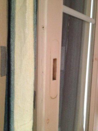 Hotel Odyssey: finestra senza serratura e maniglia