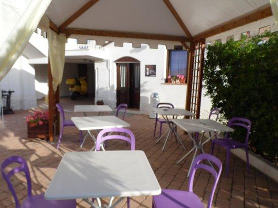 La Casa di Rinaldo Bed&Breakfast: Colazione servita sotto il gazebo