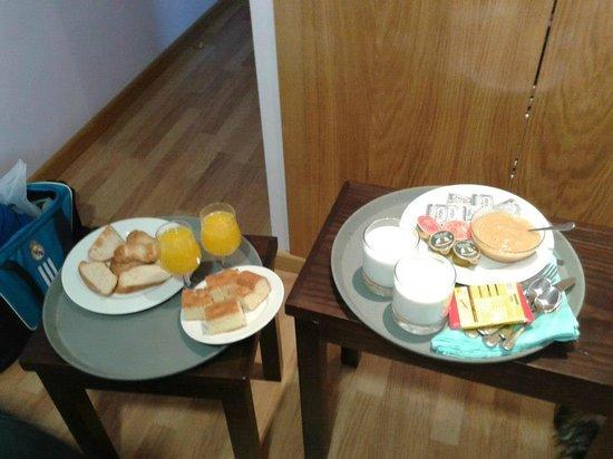 Posada Real La Yensula: desayuno, y aún quedó otra bandeja con fruta.