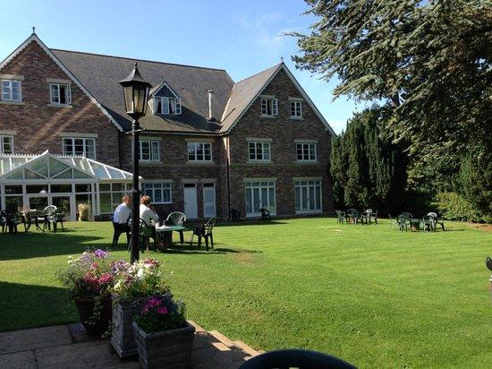 Parsonage Hotel & Spa: Jardines y Hotel