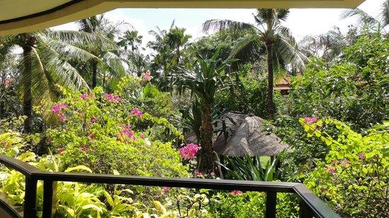 The Royal Beach Seminyak Bali - MGallery Collection: Palmengarten von der Rezeption aus gesehen