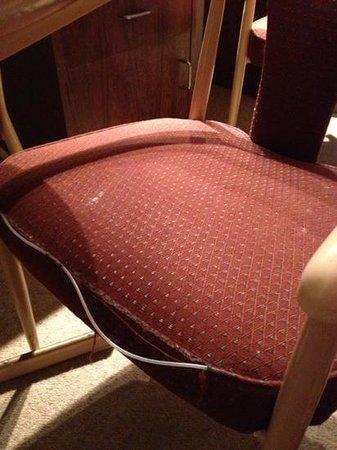 Echo Point Discovery Motel : kapotte en bevlekte stoelen