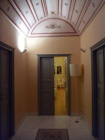Markezinis Suites: Corridoio ingresso camere