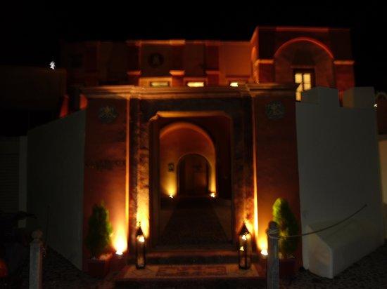 Markezinis Suites: Vista esterna notte