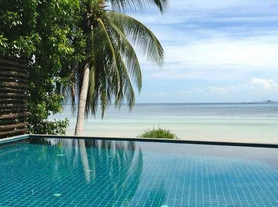 Beyond The Blue Horizon Villa Resort: Pool/beach view