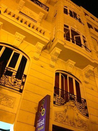 Purple Nest Hostel : The hostel at night