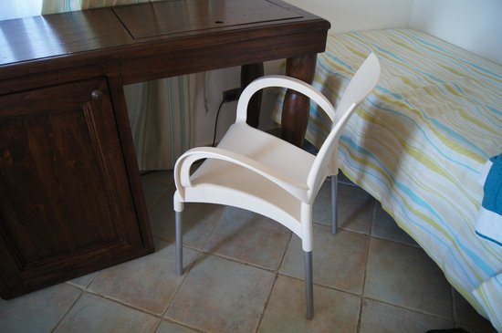 Hotel Mediterraneo : A tatty plastic chair by the desk
