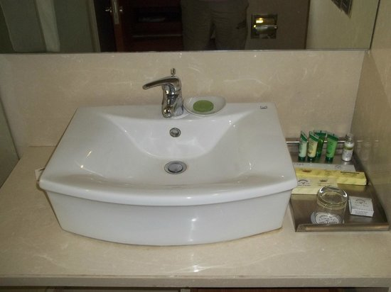 Cambay Grand Ahmedabad: Bathroom