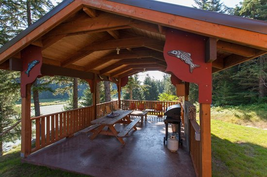 Chilkoot Haven: Veranda (great spot for a BBQ!)