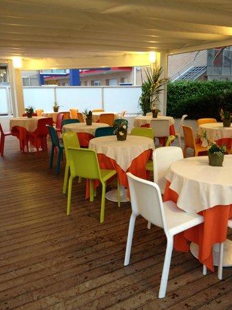 Tavolo Con Sedie Colorate.Sala Esterna Con Sedie E Tavoli Colorati Perche Non Usarla Per