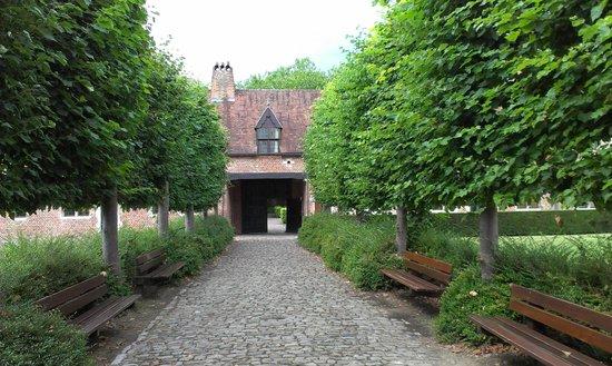 Groot Begijnhof: По тихим улочкам