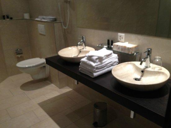 Hotel First: salle de bains