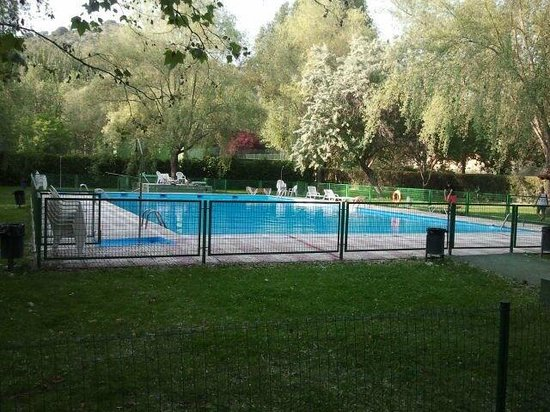Cueva Del Fraile: Estupenda piscina rodeada de verde