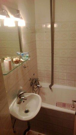Knego Apartments: Shower - no curtain, shower holder, plug, etc