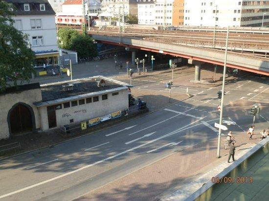 TRYP by Wyndham Frankfurt : Zimmeraussicht auf heruntergekommenen Kiosk
