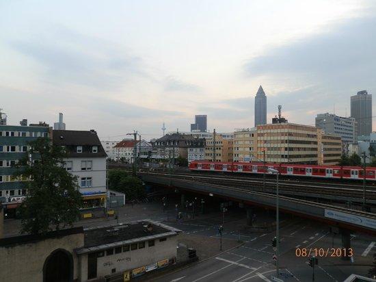 TRYP by Wyndham Frankfurt: Zimmeraussicht auf Gleise