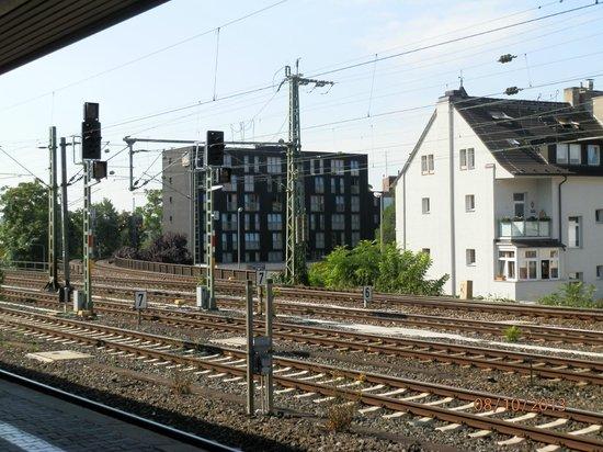TRYP by Wyndham Frankfurt: Hotelansicht von der benachbarten S-Bahn-Station aus