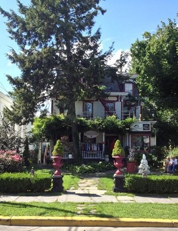 Village Green Bed and Breakfast: B&B is on the 2d floor