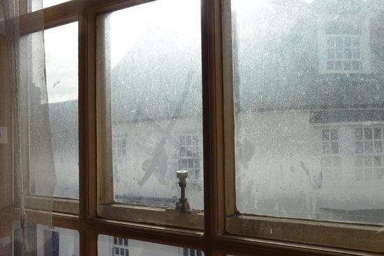 George Hotel: Bridal Suite filthy windows