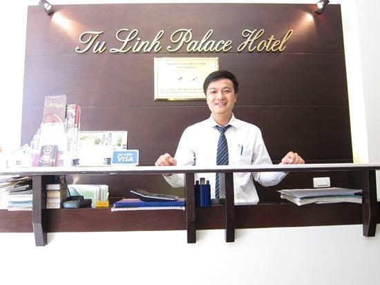 Tu Linh Palace Hotel: tim, de zeer vriendelijke medewerker van het hotel